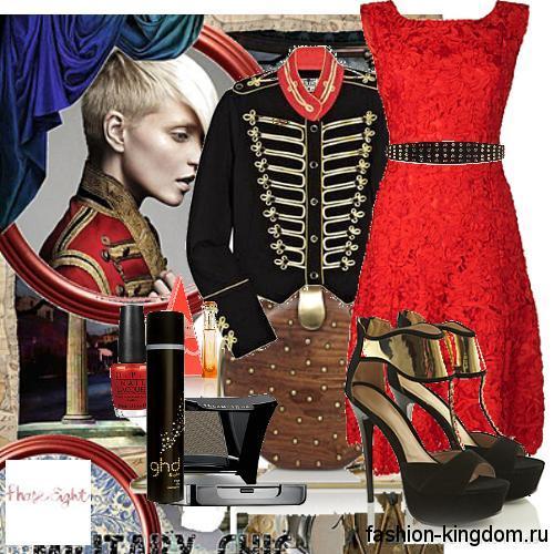 Демисезонное черное пальто в стиле милитари гармонирует с красным платьем и черными босоножками на шпильке.