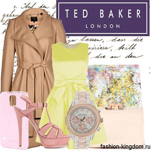Длинное кожаное демисезонное пальто бежевого цвета сочетается с платьем бледно-желтого тона с пышной юбкой и розовыми босоножками на каблуке.