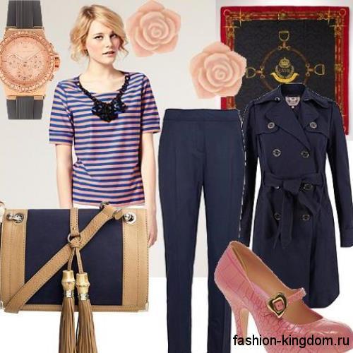 Классические темно-синие брюки зауженного кроя гармонируют с плащом синего вета и туфлями бледно-розового тона на каблуке.