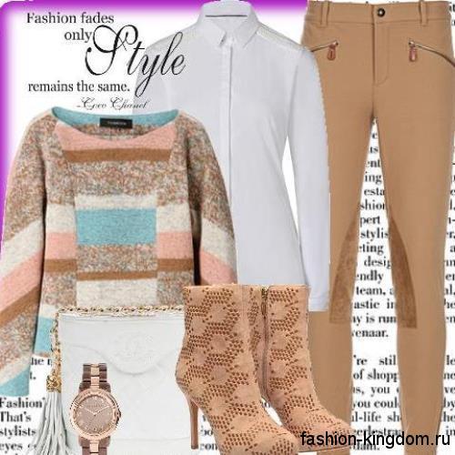Узкие классические брюки светло-коричневого тона в сочетании с белой рубашкой, свиетром и бежевыми ботильонами на каблуке.