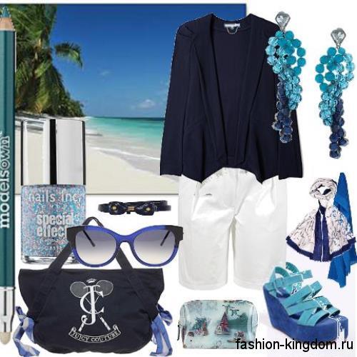 Летняя женская сумка на пляж темно-синего цвета в тандеме с белыми шортами, босоножками и аксессуарами синего тона.