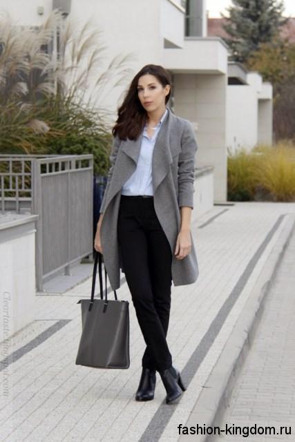 Черные классические брюки с высокой талией в тандеме с белой рубашкой, серым тонким пальто и черными ботильонами на каблуке.
