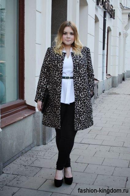 Черные классические брюки узкого кроя в сочетании с белой рубашкой, леопардовым пальто и черными туфлями на каблуке.