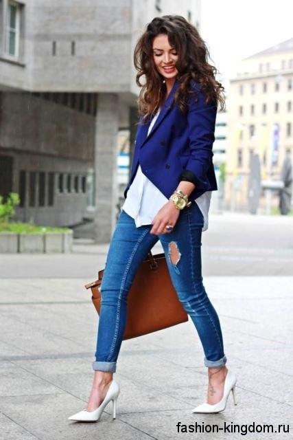Белые модные туфли на высоком каблуке сочетаются с джинсами и жакетом синего цвета.