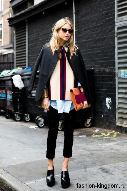 Кожаные модные туфли черного цвета на платформе в тандеме с короткими брюками и пиджаком черного тона.