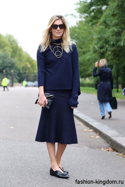 Модные туфли без каблука черного цвета дополнят юбку и кофточку темно-синего оттенка.