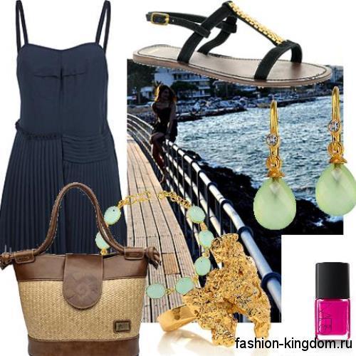 Женская летняя сумочка на пляж коричневого цвета, с короткими ручками сочетается с коротким темно-синим платьем и черными босоножками.