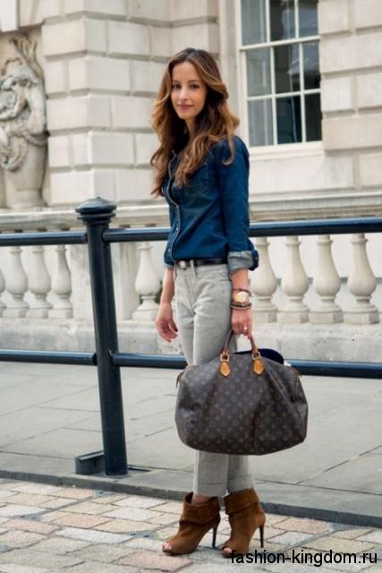 Джинсовая синяя рубашка, узкие серые джинсы и открытые ботильоны рыжего цвета составят образ в стиле smart casual.