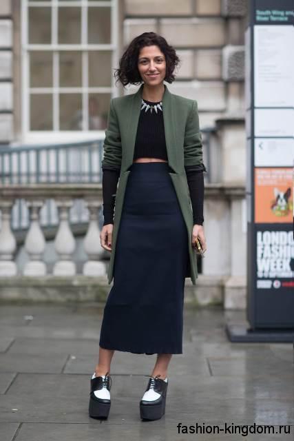 Закрытые модные туфли на платформе, черно-белой расцветки дополняют длинную юбку и демисезонное пальто.