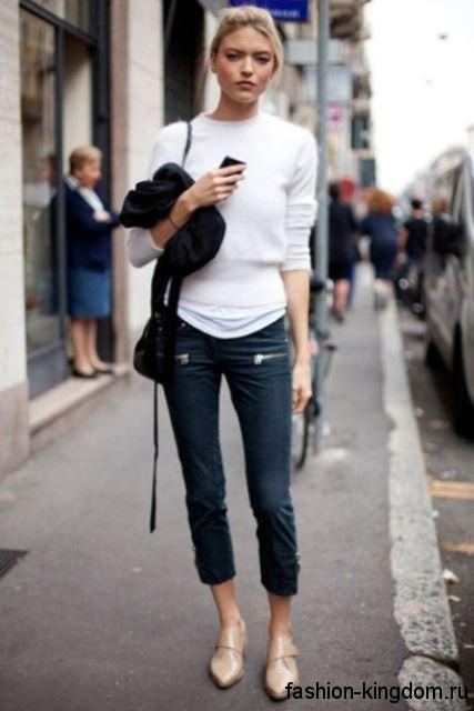 Бежевые модные туфли без каблука в сочетании с короткими джинсами и белой кофточкой.