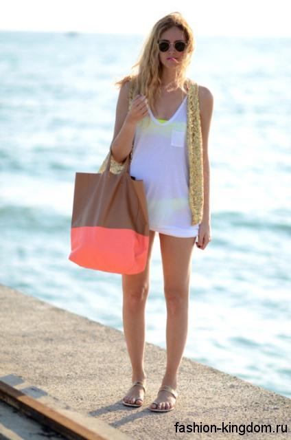 Большая летняя женская сумка кораллово-коричневого тона дополнит короткие шорты и топ белого цвета и босоножки на низком ходу.
