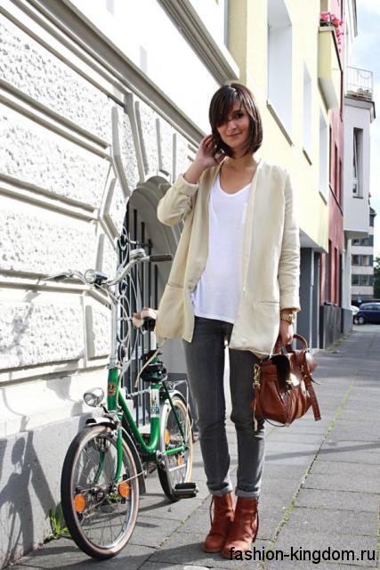 Кардиган молочного оттенка, свободного кроя в стиле кэжуал дополняет узкие серые джинсы и белую футболку.