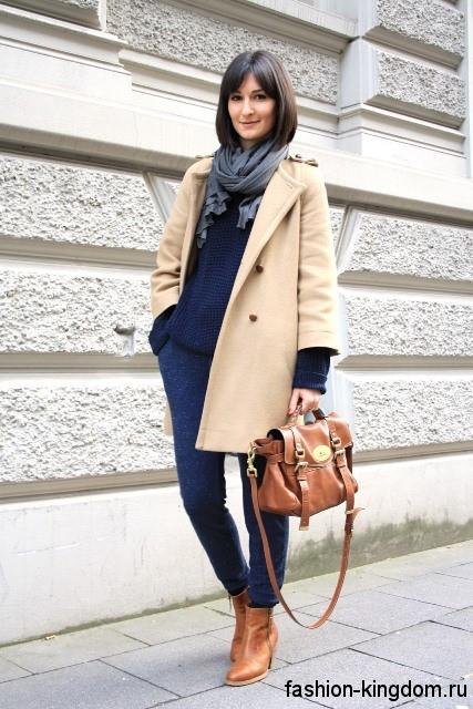 Темно-синие классические брюки сочетаются с бежевым пальто, сумочкой и ботильонами рыжего оттенка.