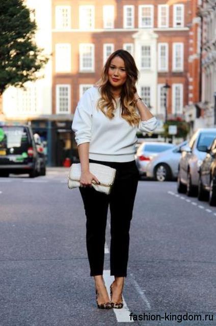 Короткие классические брюки для полных женщин в тандеме с белой кофточкой и туфлями на высоком каблуке.