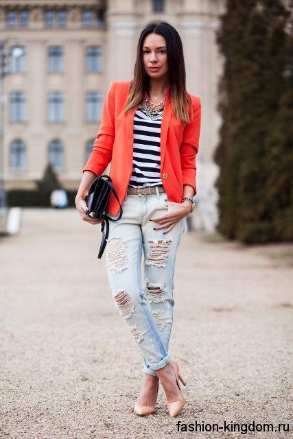 Бежевые модные туфли на высоком каблуке дополнят джинсы бойфренды и пиджак алого цвета.