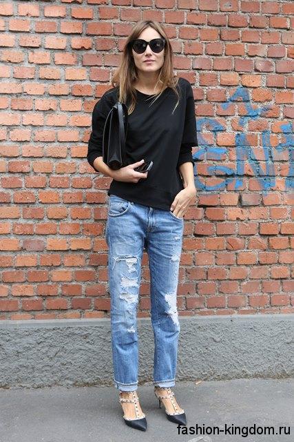 Черные модные туфли с острым носком, на низком каблуке в тандеме с джинсами бойфрендами и черной кофточкой.