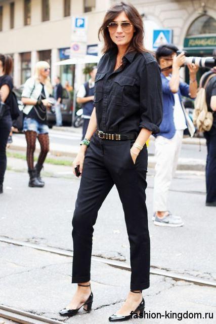 Лакированные модные туфли черного цвета на низком каблуке дополнят классические брюки и рубашку черного тона.