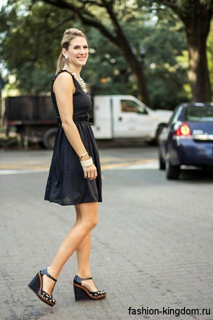 Летние модные туфли на платформе, черно-коричневого тона гармонируют с коротким черным платьем.