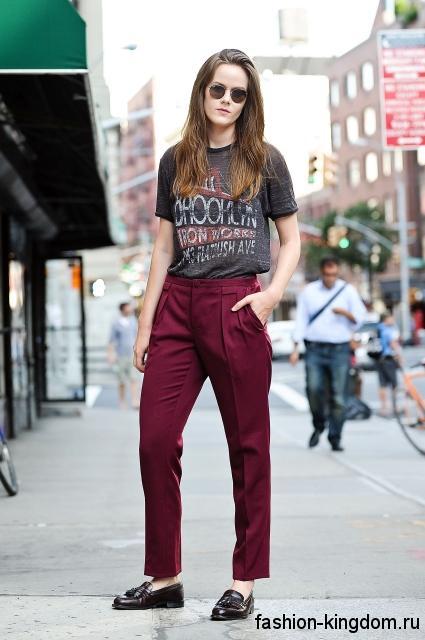 Лакированные модные туфли на низком ходу в тандеме с классическими бордовыми брюками и серой футболкой.