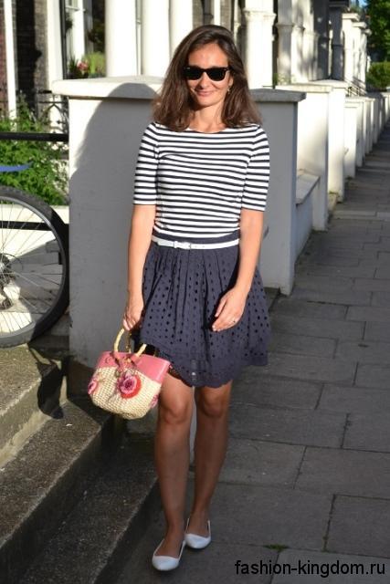 Плетеная женская летняя сумочка бежево-розового цвета, с круглыми ручками дополнит ажурную юбку и блузки сине-белого цвета.