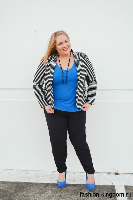 Черные классические брюки для полных женщин сочетаются с голубым топом, полосатым жакетом и туфлями голубого тона на каблуке.