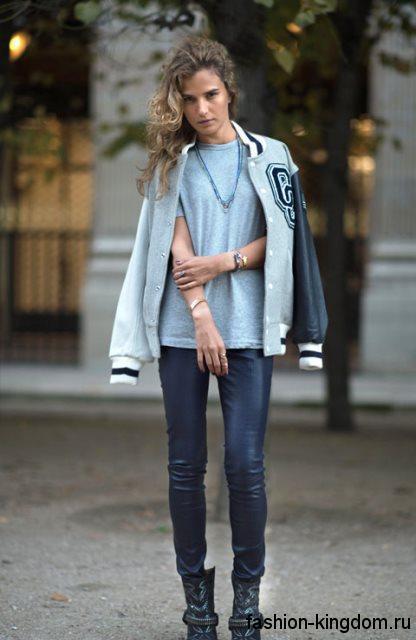 Куртка бомбер дополнит стиль кэжуал в сочетании с голубой футболкой и кожаными черными брюками.