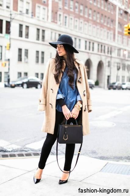 Модный образ в стиле кэжуал в виде сочетания демисезонного бежевого пальто, черных брюк и джинсовой рубашки свободного кроя.