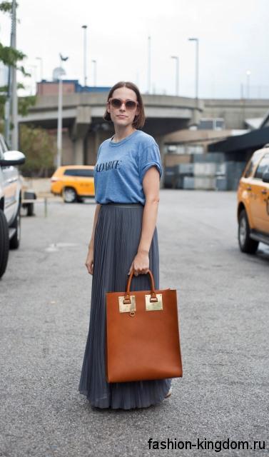 Женская летняя сумка прямоугольной формы, рыжего тона, с короткими ручками в тандеме с синей футболкой и серой юбкой-макси.