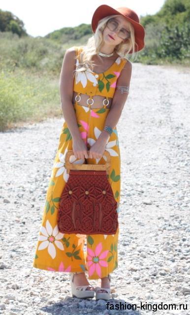 Вязаная летняя женская сумочка темно-красного тона, с деревянной ручкой в тандеме с желтым комбинезоном и красной шляпой.