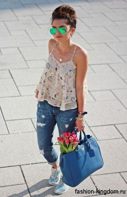 Большая летняя женская сумочка синего цвета, с короткими ручками дополнит джинсы-бойфренды и кроссовки голубого тона.