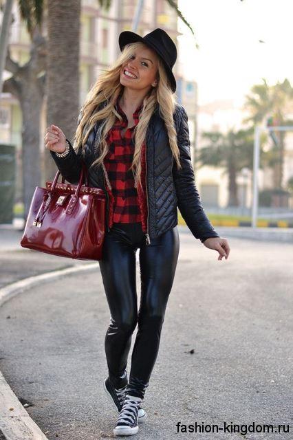 Клетчатая рубашка в стиле кэжуал в тандеме с кожаной курткой и брюками, лакированной красной сумкой и черной шляпой.