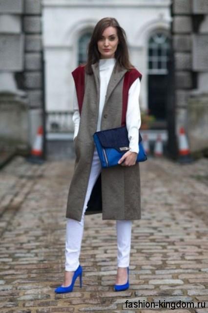 Модные туфли лодочки синего цвета на шпильке в тандеме с белыми брюками, серым пальто и сумкой синего тона.