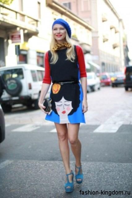 Женские модные туфли голубого тона на платформе в тандеме с юбкой-мини и кофточкой с рукавами три четверти.