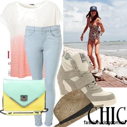 Летняя женская сумочка конверт желто-мятного цвета дополняет узкие голубые джинсы и футболку бело-розового тона.