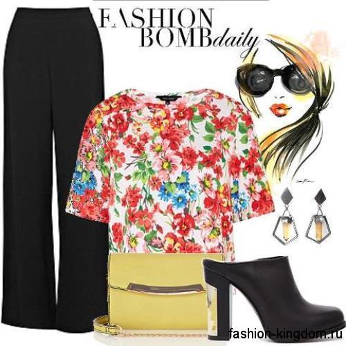 Классические черные брюки большого размера, свободного кроя, с высокой талией в тандеме с цветочной блузкой с короткими рукавами.