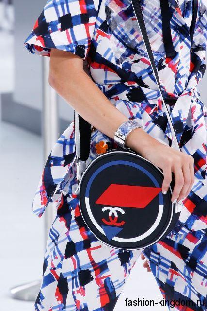 Круглая женская летняя сумочка синего тона, на длинном ремешке из коллекции Chanel.