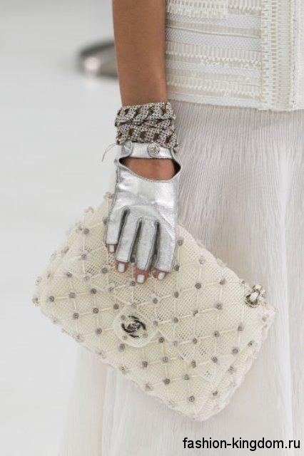 Летняя женская сумочка белого цвета, выполненная из ажурной ткани, на цепочке от Chanel.