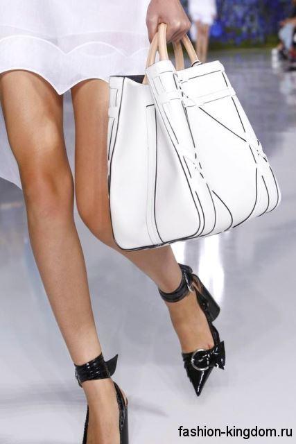 Большая летняя женская сумка белого цвета с черными вставками, с короткими ручками из коллекции Christian Dior.