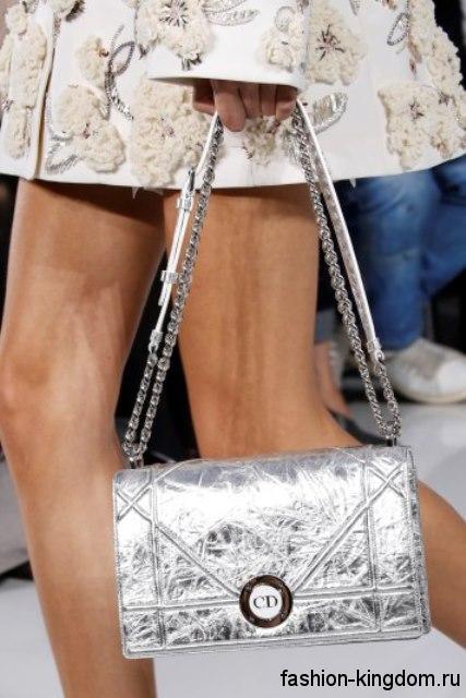 Прямоугольная летняя женская сумочка серебристого цвета, на ремешке и цепочке из коллекции Christian Dior.
