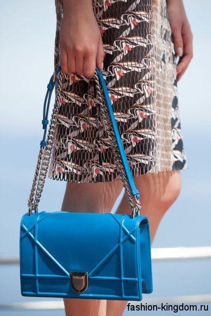 Женская летняя сумочка голубого цвета, прямоугольной формы, на ремешке и цепочке от Christian Dior.