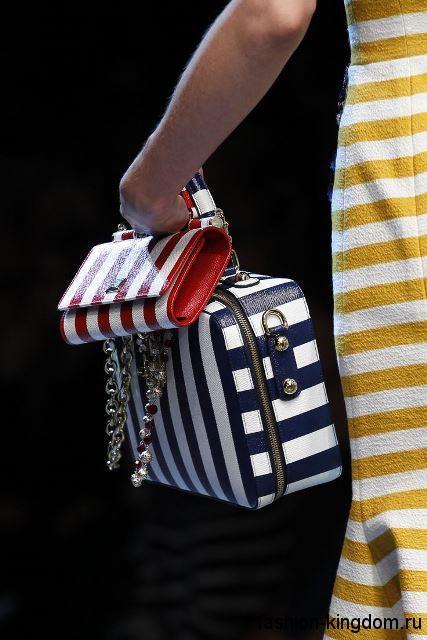 Летняя женская сумочка бело-синего цвета в полоску, с небольшой ручкой из коллекции Dolce & Gabbana.