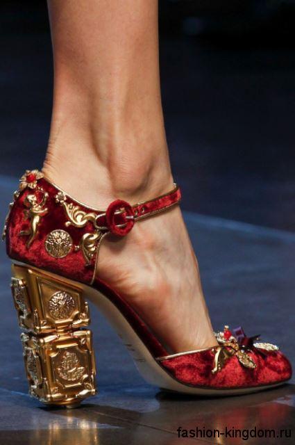 Модные туфли красного тона на устойчивом каблуке, украшенные металлическими вставками и камнями от Dolce & Gabbana.