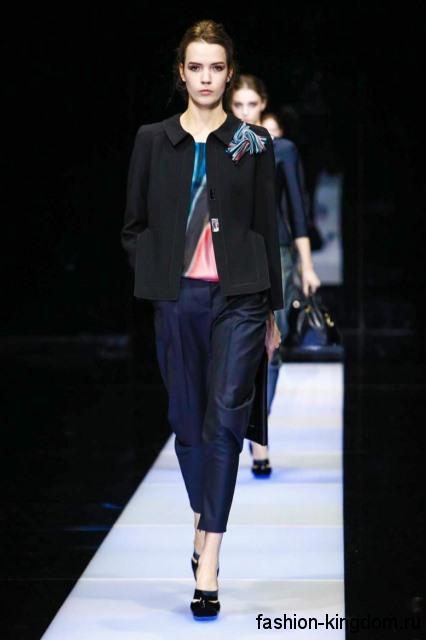 Короткие классические брюки темно-синего тона в сочетании с черным жакетом и туфлями на каблуке от Giorgio Armani.