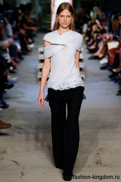 Широкие классические брюки черного цвета в сочетании с бледно-серой блузой с ажурными вставками от Givenchy.