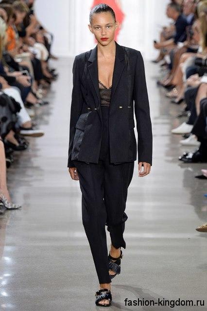 Классические черные брюки в сочетании с длинным черным пиджаком и открытыми туфлями из коллекции Jason Wu.Классические черные брюки в сочетании с длинным черным пиджаком и открытыми туфлями из коллекции Jason Wu.