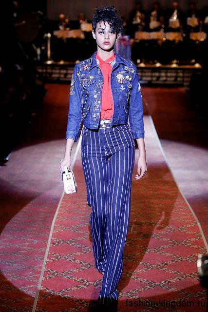 Джинсовая куртка с декоративными элементами в стиле кэжуал в тандеме с широкими брюками синего тона от Marc Jacobs.