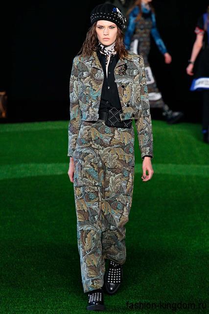 Брючный костюм цвета хаки в стиле кэжуал сочетается с черным беретом и массивными ботинками от Marc Jacobs.