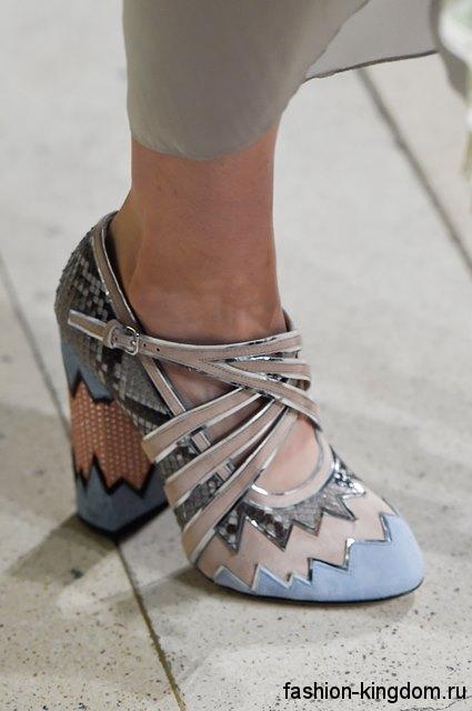 Модные туфли на устойчивом каблуке, бежево-голубой расцветки, с серебристыми вставками от Miu Miu.