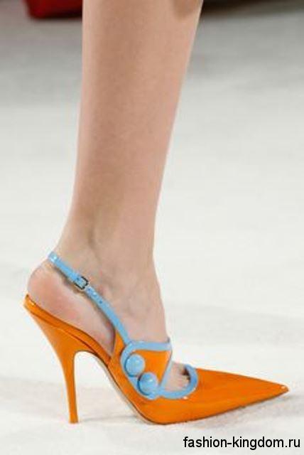 Модные туфли на шпильке оранжевого цвета с голубыми вставками, открытой пяткой и острым носком от Miu Miu.