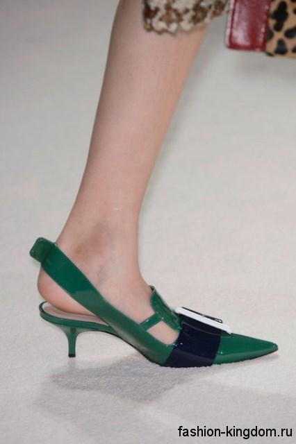 Лакированные модные туфли на низком каблуке, зеленого цвета, с открытой пяткой и массивной пряжкой от Miu Miu.